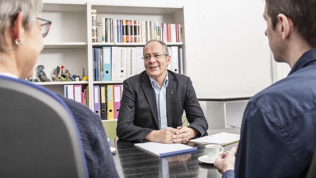 Unternehmensnachfolge Rolf Düggelin mit Kunden im Beratungsgespräch
